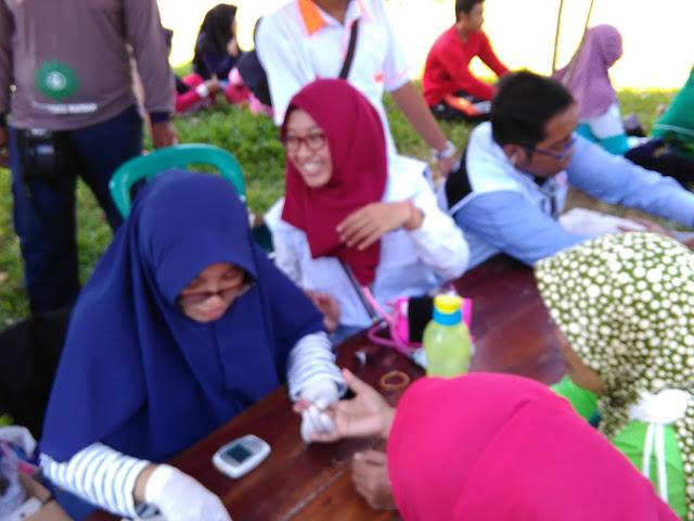 Pemeriksaan darah Gratis kepada peserta Jalan Sehat