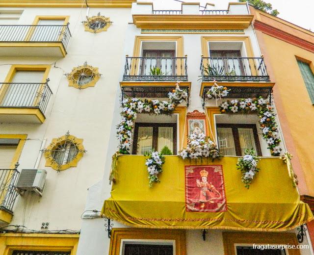Decoração natalina em uma fachada de Triana, Sevilha