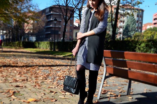 vestido-pata-gallo-estampado-maxi-chaleco-botas-mosqueteras-look