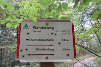 Rote Ränder = Wegweiser des Harzklubs.