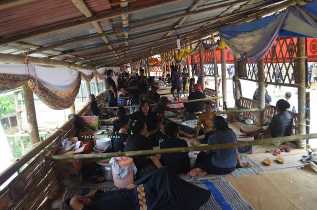 Lantang bentuknya seperti rumah panggung yang panjang dan bersekat-sekat. Rambu Solok Tana Toraja || JelajahSuwanto