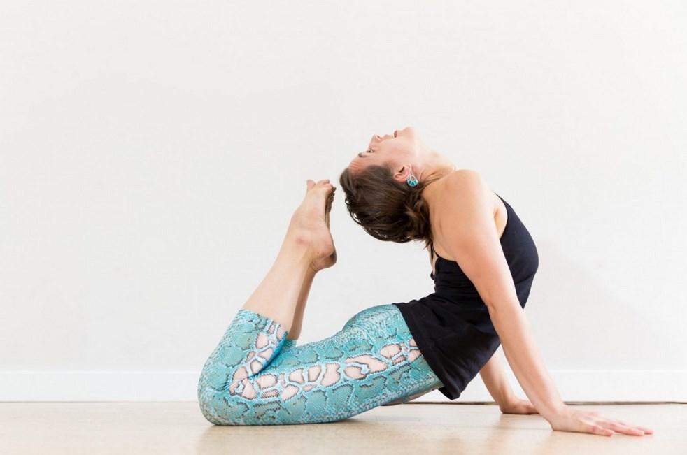 Manfaat Pose Yoga untuk Kesehatan Tubuh dan Tips memilih pakaian Yoga paha mulus