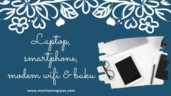 laptop, smartphone, modem wifi dan buku adalah barang yang kubutuhkan selama work from home karena pandemi covid 19