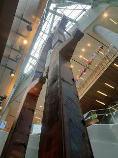 שני עמודי ברזל שהיו יסודות הבניין