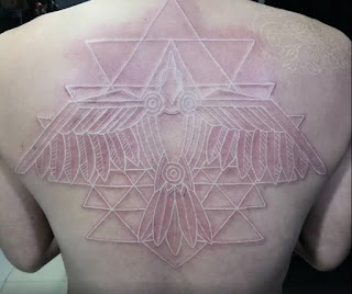 tatuaje blanco en la espalda