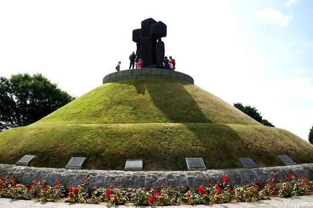 Statua centrale nel cimitero Allemande