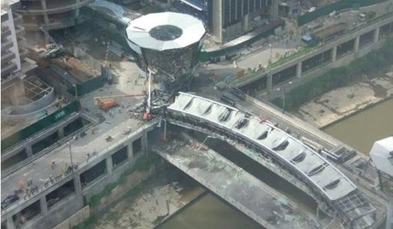 [VIDEO & GAMBAR] Jambatan Hubungkan KL Eco City Dan Mid Valley Runtuh, Lihat Jumlah Mangsa!