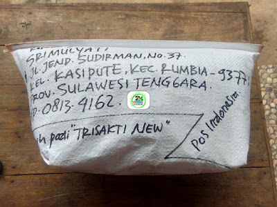 Benih padi yang dibeli   SRIMULYATI Bombana, Sulteng.  (Setelah packing karung).