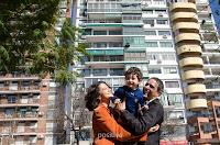 Los flamantes esposos y su pequeño hijo celebran su unión. Foto de Cristian Moriñigo, de Positive