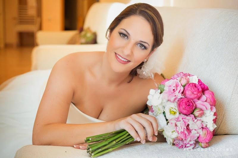 ramo de flores de la Floristeria de Valentina , maquillaje novia Aarón Blanco
