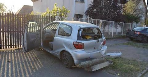 Parkoló autónak, majd oszlopnak ütközött egy autó Debrecenben