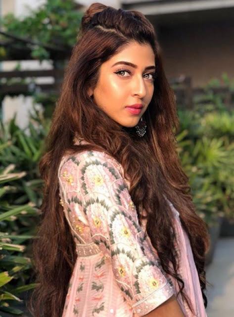 Tuhinaa Vohra sebagai Maya