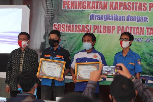 Penyerahan Piagam Penghargaan oleh Sekcam Bandar dan Ketua Karang Taruna Kabupaten Pacitan (Foto oleh: Bambang S.U)