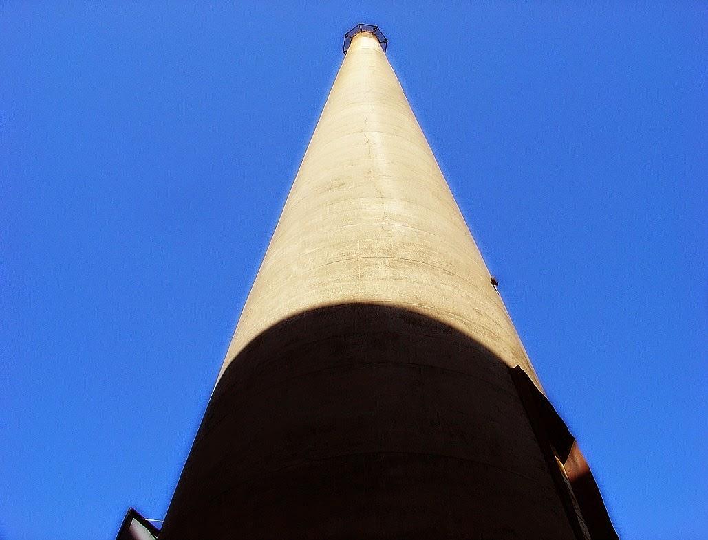 Chaminé de 117 metros da Usina do Gasômetro, em Porto Alegre