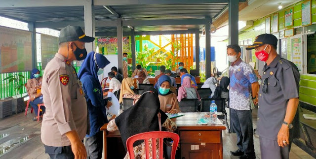 Camat Pulau Sembilan Pantau Vaksinasi Massal