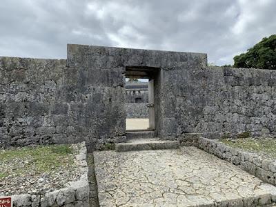 玉陵 陵墓前の石門