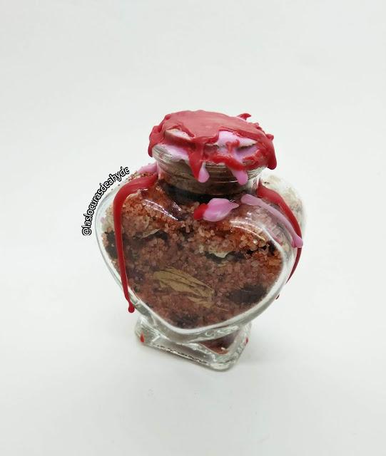 Frasco del amor con sal roja y flores con forma de corazon