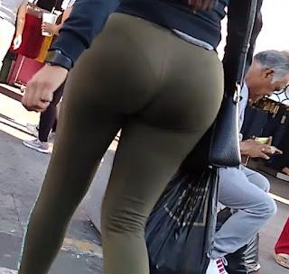 Chava nalgona marcando tanga pantalones