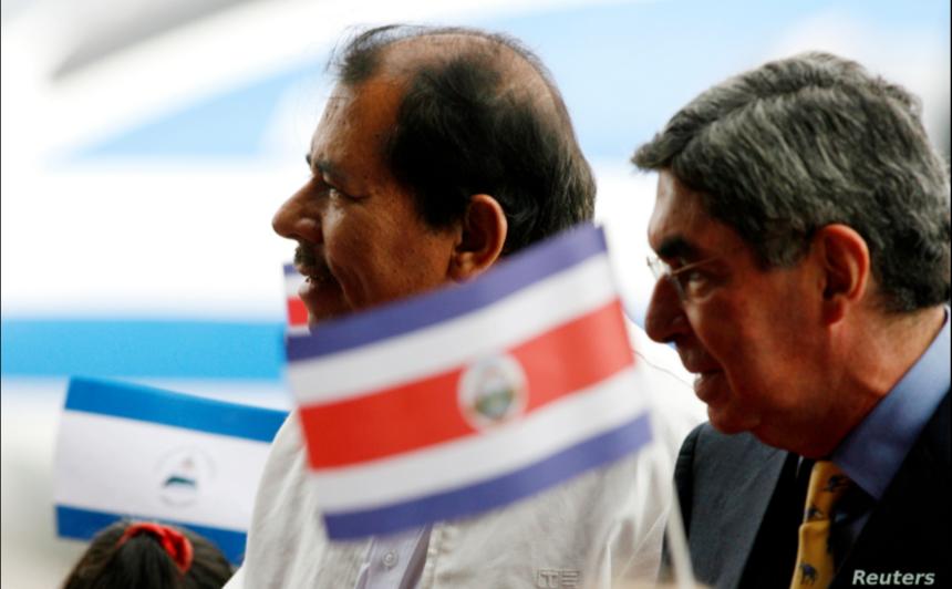 El presidente nicaragüense, Daniel Ortega, y el expresidente costarricense Óscar Arias,a la derecha, juntos en una ceremonia de bienvenida en el Aeropuerto Internacional de San Juan, en Alajuela, Costa Rica, el 22 de noviembre de 2007 / REUTERS