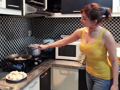 istri cantik seksi bahenol lagi masak