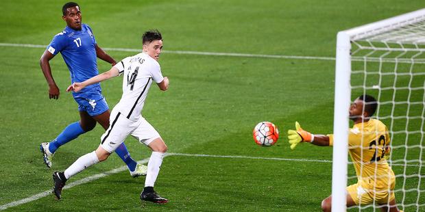 Ryan Thomas marca el segundo gol de Nueva Zelanda contra Fiji, con lo que su selección avanzó a la gran final de la eliminatoria Oceanía Rusia 2018