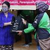 Ratusan Driver Wanita Ojol Terima Paket Sembako