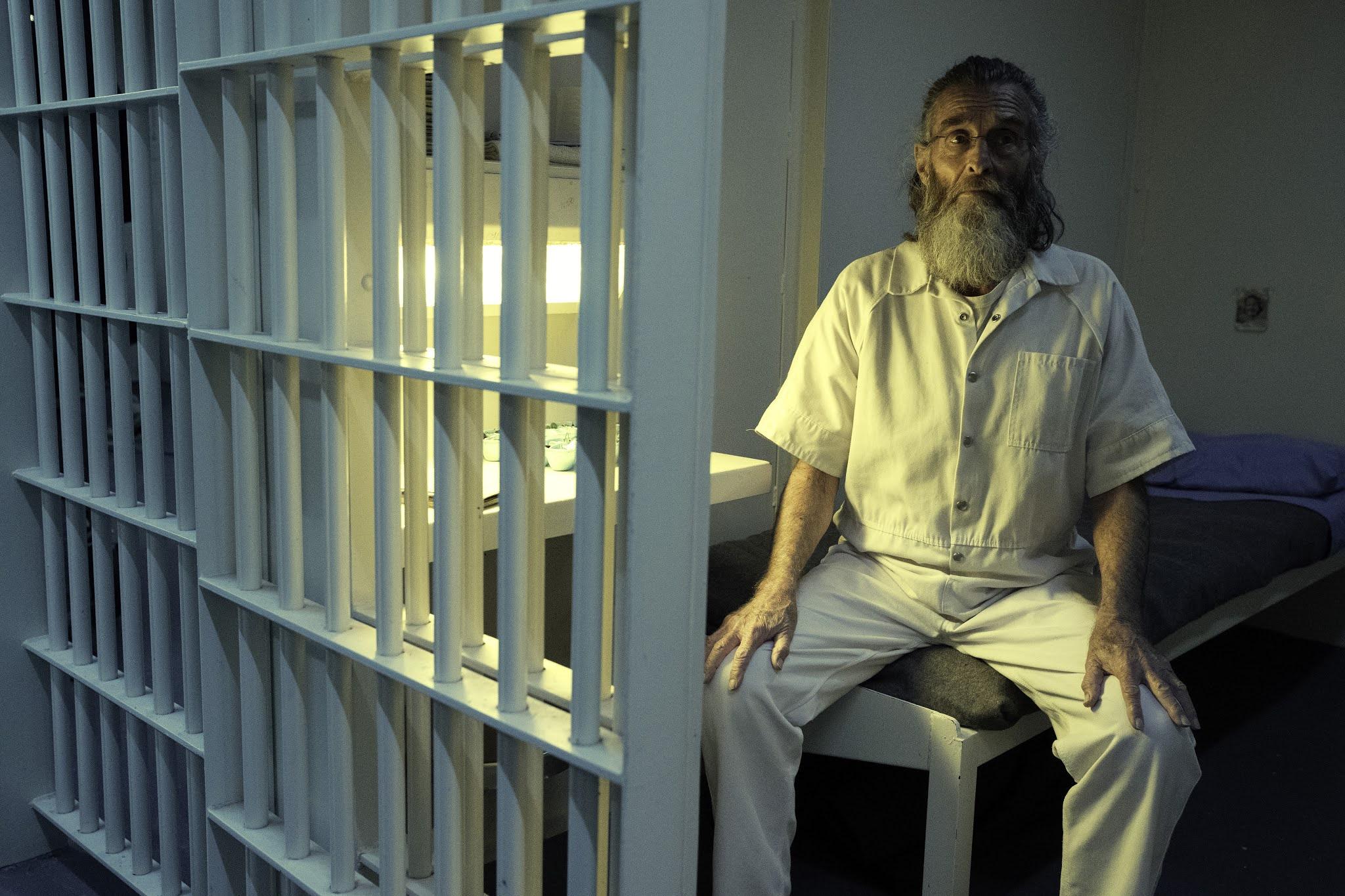 Teddy sentado en su celda durante el inicio del apocalipsis