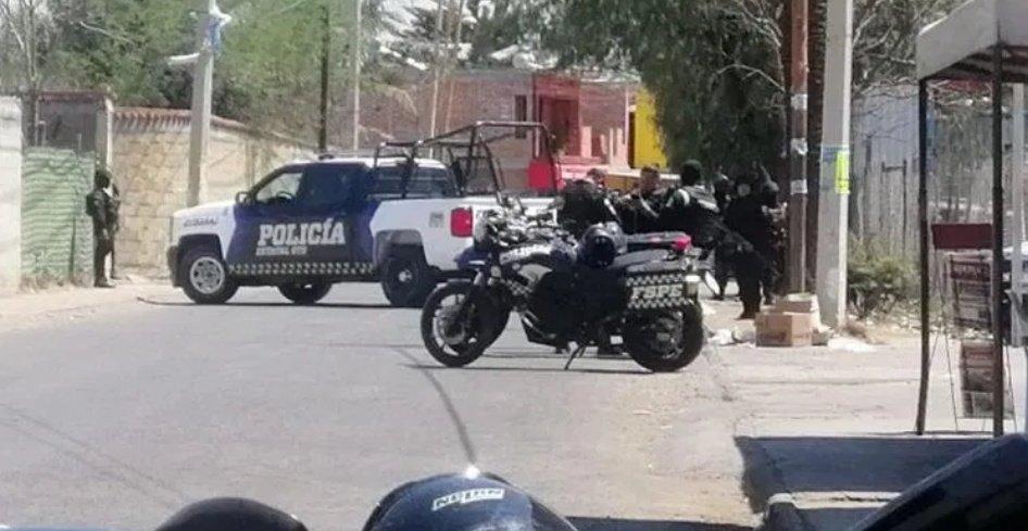 Convoy de sicarios atacan a plomazos a custodios del Cereso Mil en Valle de Santiago, Guanajuato, hay 2 custodios abatidos y 2 heridos