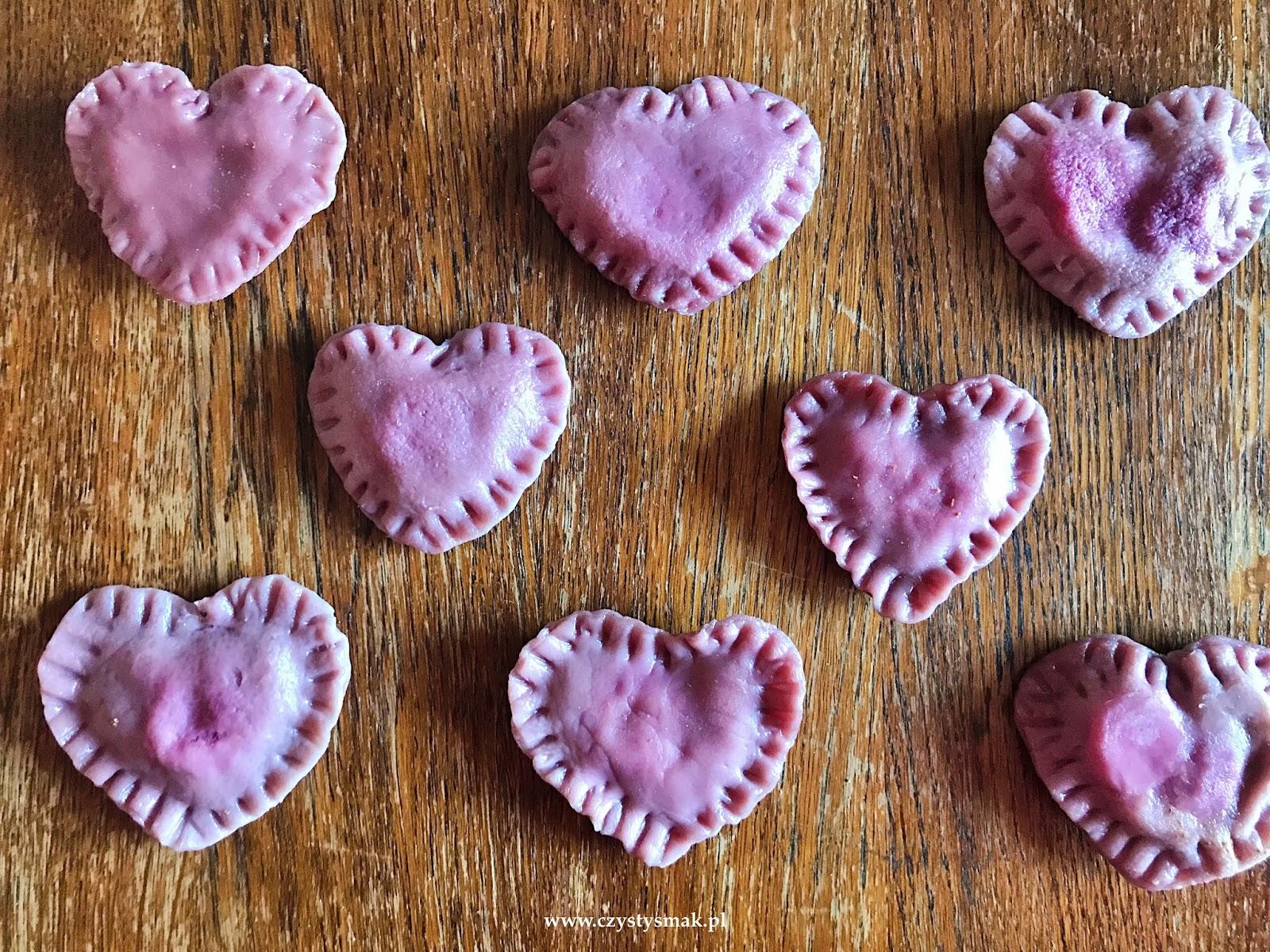 Pierogi z wiśniami w kształcie serca