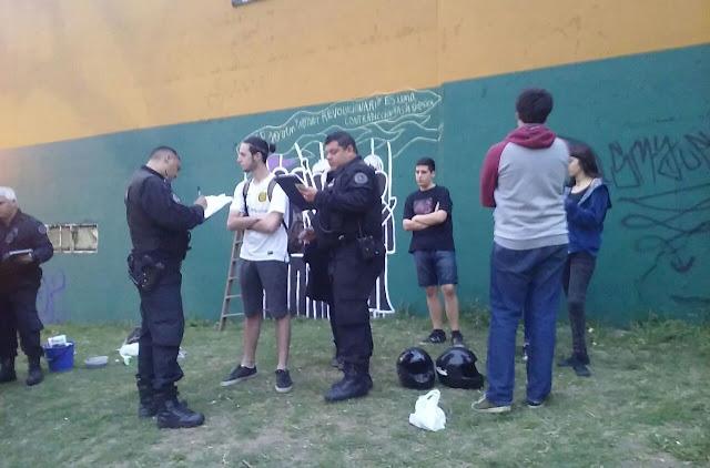 Persecucion detienen a 10 jovenes de la campora por for Cuanto cobrar por pintar un mural