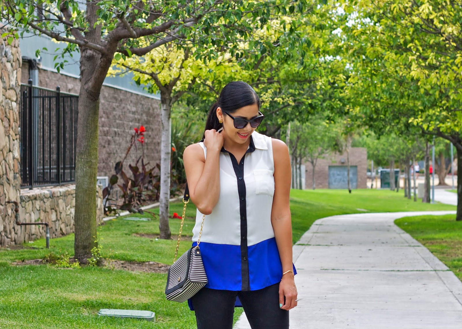 Black and blue outfit, fashion blogger colorblocking with black and blue, black and blue colorblocked top, tory burch striped purse outfit