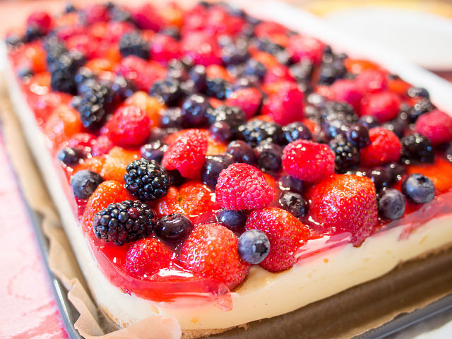Aus Dem Lameng Bunter Beeren Kuchen Auf Puddingcreme Und Biskuit