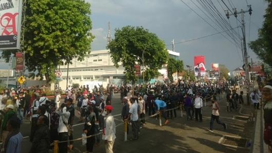 Deklarasi KAMI di Magelang Berakhir Ricuh, 1 Brimob Terluka Kena Lemparan Batu
