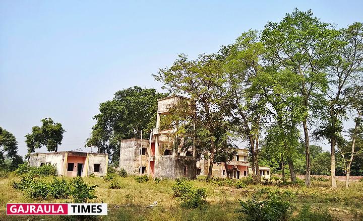 village-hospital-in-gajraula-damaged