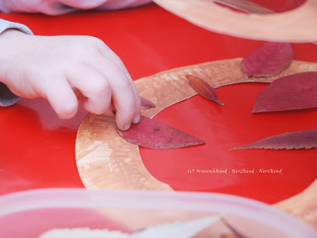Bunte Herbst-Spirale aus gepressten Blättern. Eine wunderschöne Bastelidee mit Kindern zur Herbstzeit. Dabei entsteht ein Windspiel, welches wunderbar im Herbstwind hin und her dreht.