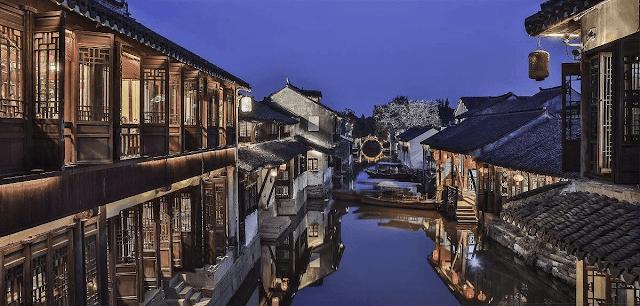 """Còn được gọi là """"Venice của phương Đông"""", Châu Trang nằm cách Tô Châu 30 km về phía đông nam. Nơi đây có không gian yên tĩnh và bình dị, với những con phố xinh xắn, cầu đá hay thuyền gỗ đi lại trên mặt sông. Thị trấn 900 năm tuổi này còn nổi tiếng với những kiến trúc nhà ở hay đền chùa cổ kính."""