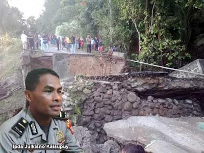 """Ambon, Malukupost.com - Aparat keamanan telah memasang garis polisi di Jembatan Larike, Kecamatan Leihitu Barat, Pulau Ambon, Kabupaten Maluku Tengah, yang ambruk pada Rabu (12/6) guna mencegah kecelakaan.    """"Jembatan Larike ambruk sekitar pukul 17.30 WIT setelah hujan lebat mengguyur Pulau Ambon selama beberapa hari terakhir dan akibatnya akses jalan utama terputus,"""" kata Kepala Sub Bagian Humas Polres Pulau Ambon dan Pp Lease Ipda Julkisno Kaisupuy di Ambon, Kamis (13/6)."""