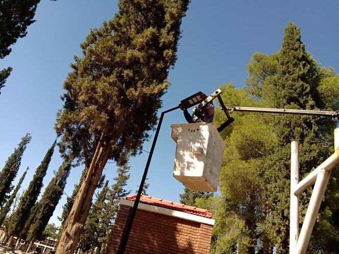 El municipio de San Rafael instaló luces a base de energía solar en el cementerio central