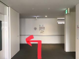 9階に着いたら左に曲がる