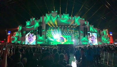 Foto da visão geral do palco iluminado em verde e amarelo. Show do Scorpions no Rock in Rio.