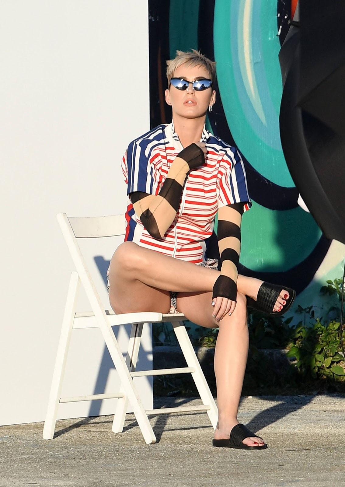 Katy Perry Shows off her Legs At a Photoshoot in Miami