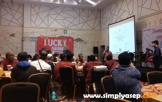 MERIAH : Inilah suasana Journalist Competition And Gathering ASTRA NOTOR di IBIS Pontianak Jumat (17/4) yang diikuti dengan Buka Puasa bersama dan pengundian Lucky Draw.  Foto Asep Haryono