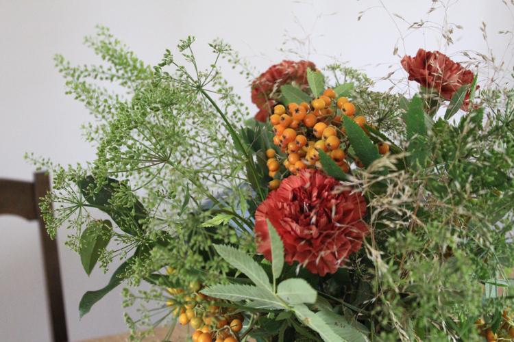 pihlajanmarjat ja kukkaasetelma
