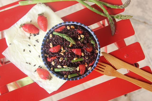 Cuillère et saladier : salade de riz noir nerone aux fraises, asperges, pignons et miso