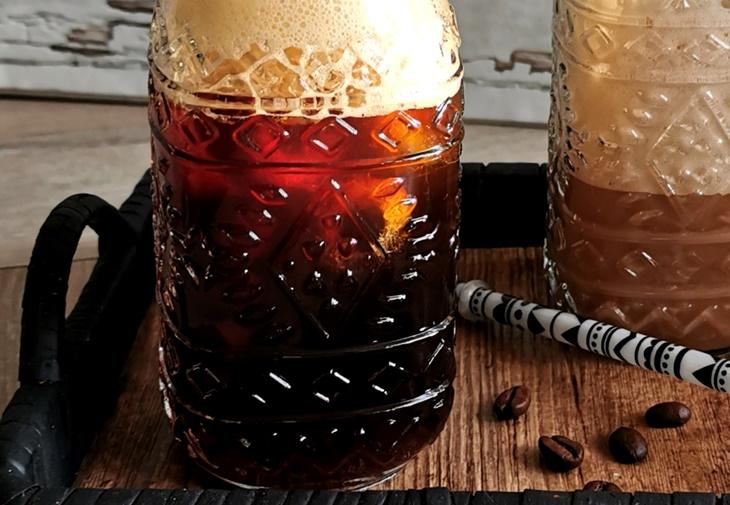 Cold Brew Kaffee mit Eiswürfeln