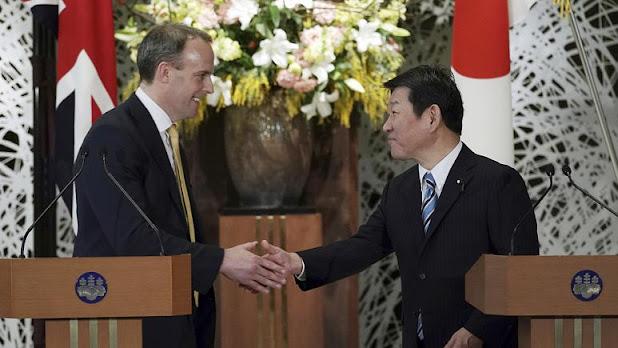 وزير الخارجية البريطاني دومينيك راب، ووزير الخارجية الياباني توشيميتسو موتيجي. - حقوق النشر Eugene Hoshiko/Copyright 2020 The Associated Press. All rights reserved.