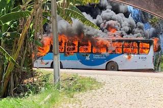 http://vnoticia.com.br/noticia/3372-manifestantes-incendeiam-onibus-na-rr-356-em-tres-vendas