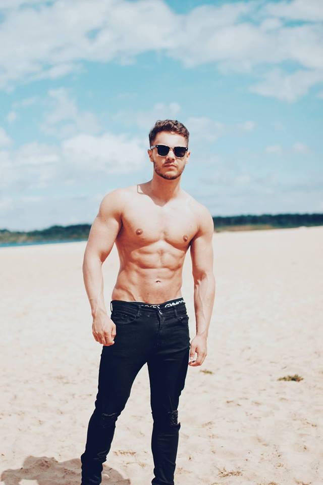 hot-summertime-hunks-black-jeans-sunglasses-shirtless-fit-body