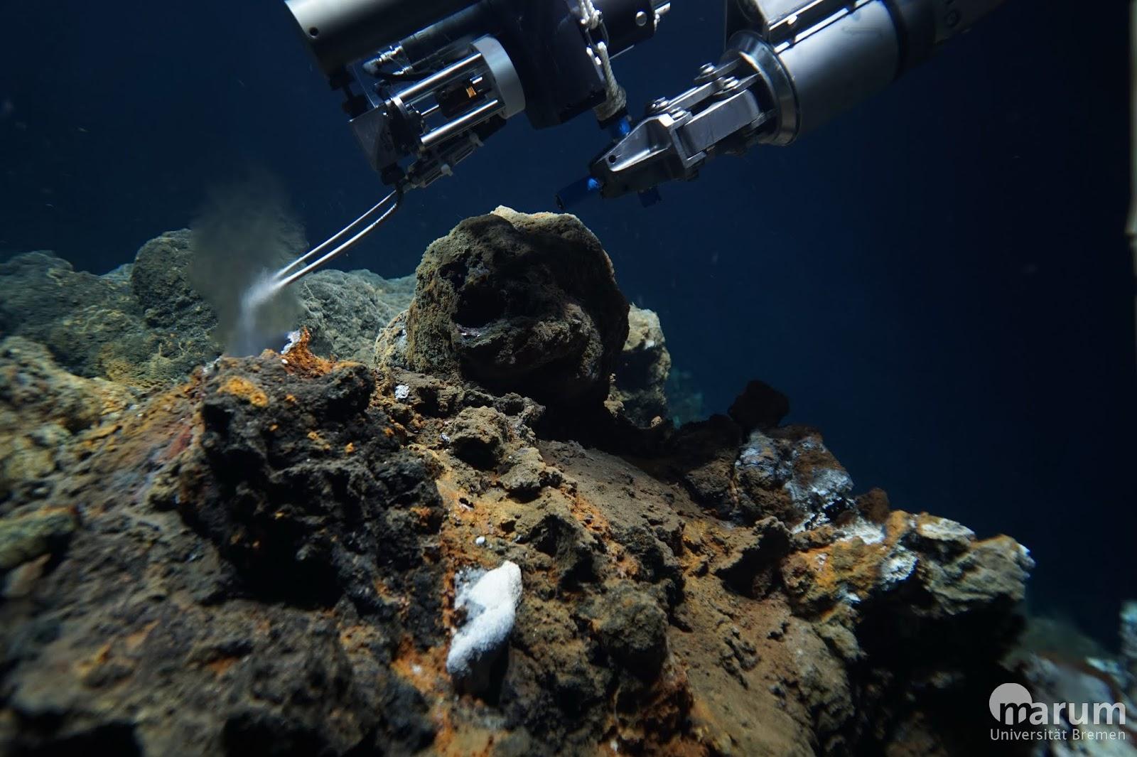 Bild eines Tauchroboters unter Wasser