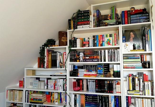 Ma bibliothèque en escalier dans ma chambre en sous-pente, remplie de livres.